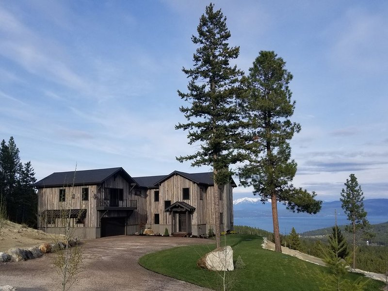 Gorgeous lake view cabin w/ a game room & fireplaces - near Blacktail Mountain, casa vacanza a Rollins