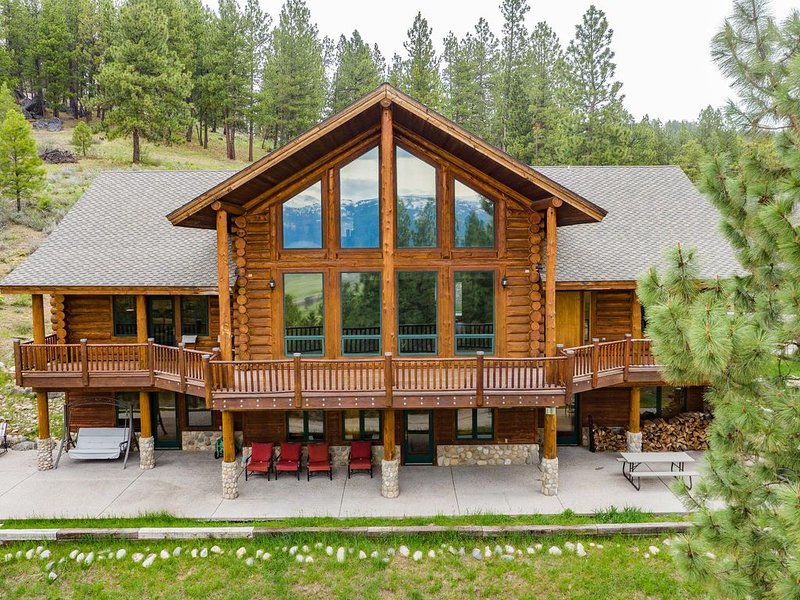 Luxury Log Cabin Near Cascade Lake, 80 Acres, RVs Welcome! Cascade, McCall, holiday rental in Cascade