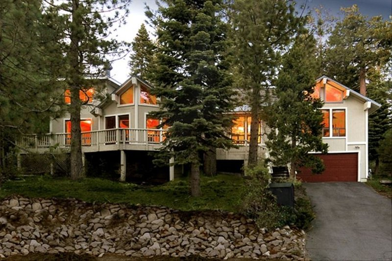 Tahoe Lodge Style Ambiance with Hottub & Fenced Yard, holiday rental in Tahoe City