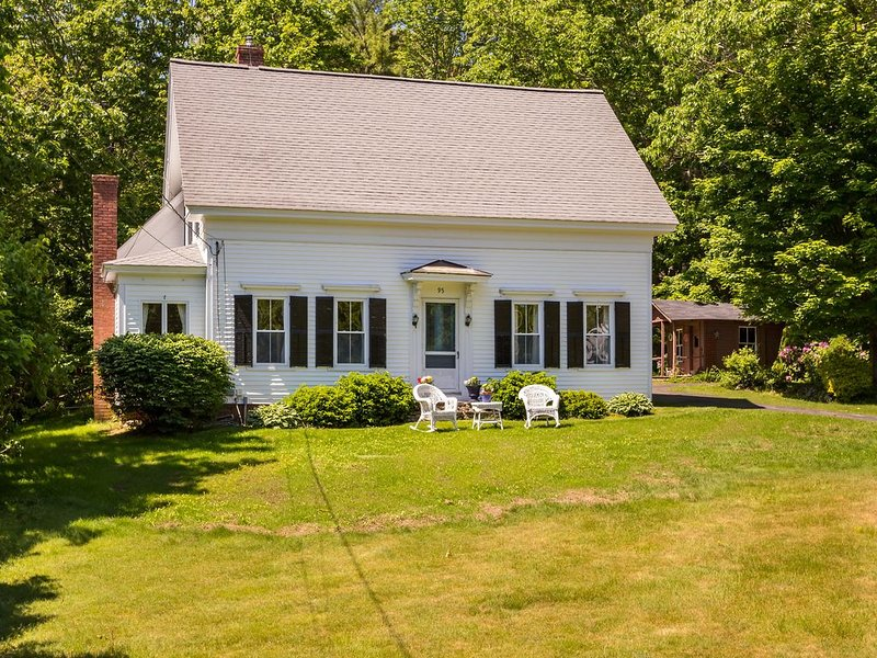 1875 classic New England cape nestled only 1 mile from York beaches., holiday rental in Cape Neddick