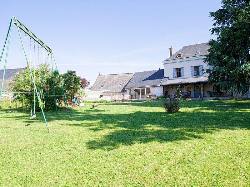 Maison de caractère, située le long du Loir, sur parc arboré avec piscine, holiday rental in Durtal