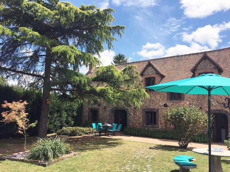 Maison de charme 6 à 8 personnes à 1h de Paris dans village en bordure de forêt, aluguéis de temporada em La Couture Boussey