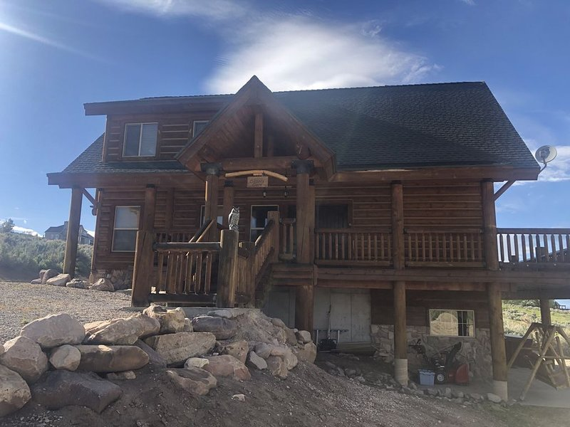 Dreamy Log Cabin in Bear Lake. Spectacular Views, Great Location, Quiet Getaway., vacation rental in Garden City
