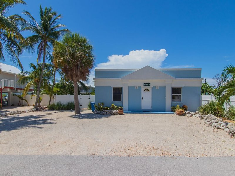 Enjoy the Florida Keys like a local with this Private Waterfront Home with Pool, holiday rental in Grassy Key