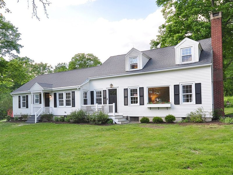 *New* 2020 Private Modern Farmhouse in Connecticut close to center of Litchfield, vacation rental in Washington Depot