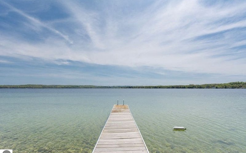 New listing! Near the village of Leland. Lake Leelanau frontage. Sleeps 14, holiday rental in Leland