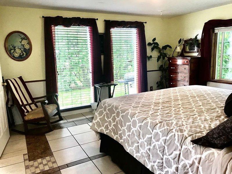Insta-worthy Apt w/King Bed Master, Hottub & AC Slps 6 near Flathead Lake !, holiday rental in Saint Ignatius