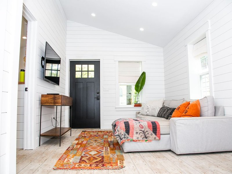 Brand New Interior Designer's Cottage in the Heart of Tampa, location de vacances à Carrollwood