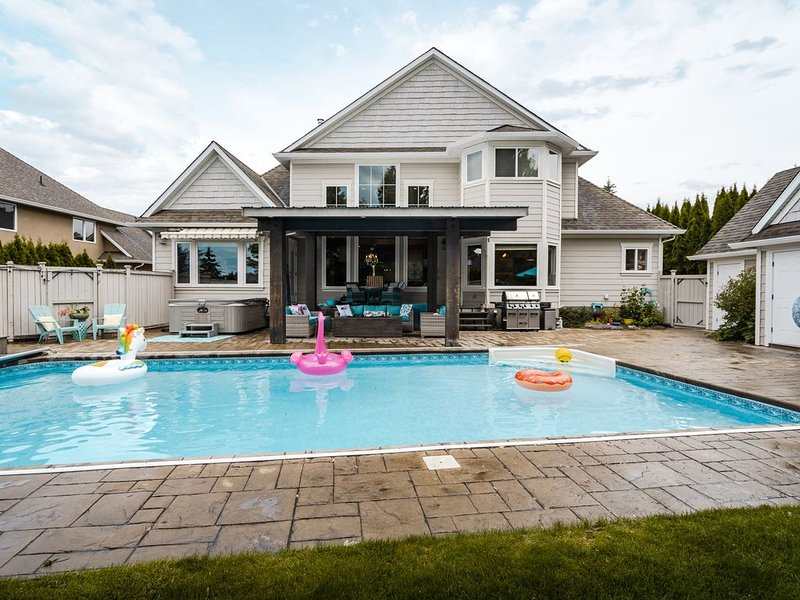 Sleeps 12+, POOL, Hot tub, Trampoline, 5 Bedroom, holiday rental in Kelowna
