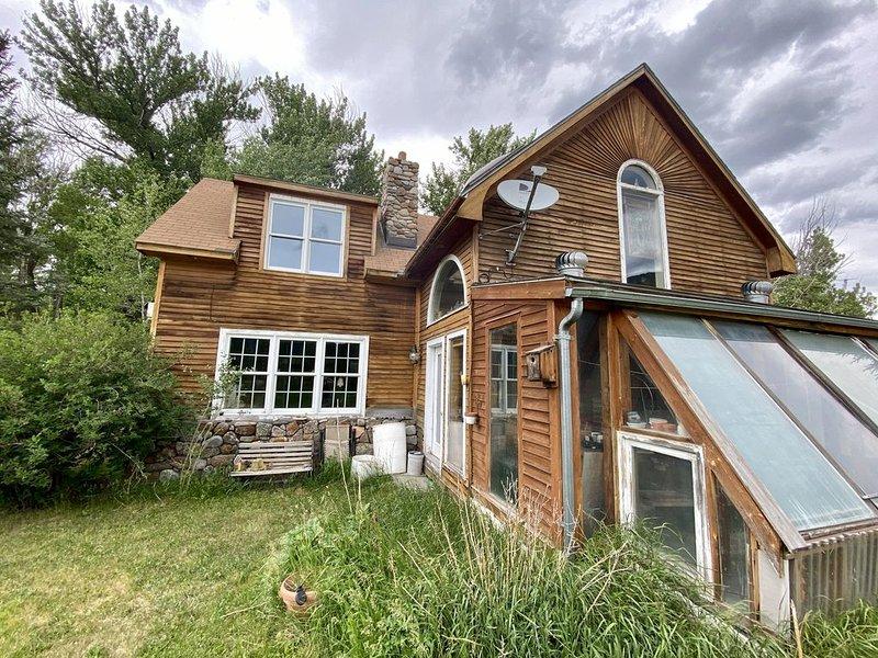 New. Private 2 bed/1.5 bath custom log cabin 20 min to Yellowstone Park., location de vacances à Émigrant