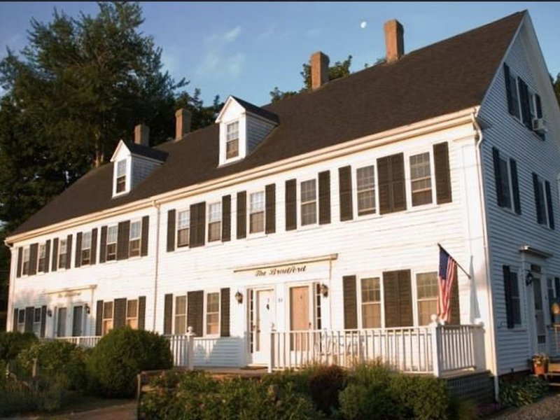 Charming Wellfleet 2-bedroom townhouse on 3 floors with water view, casa vacanza a Wellfleet