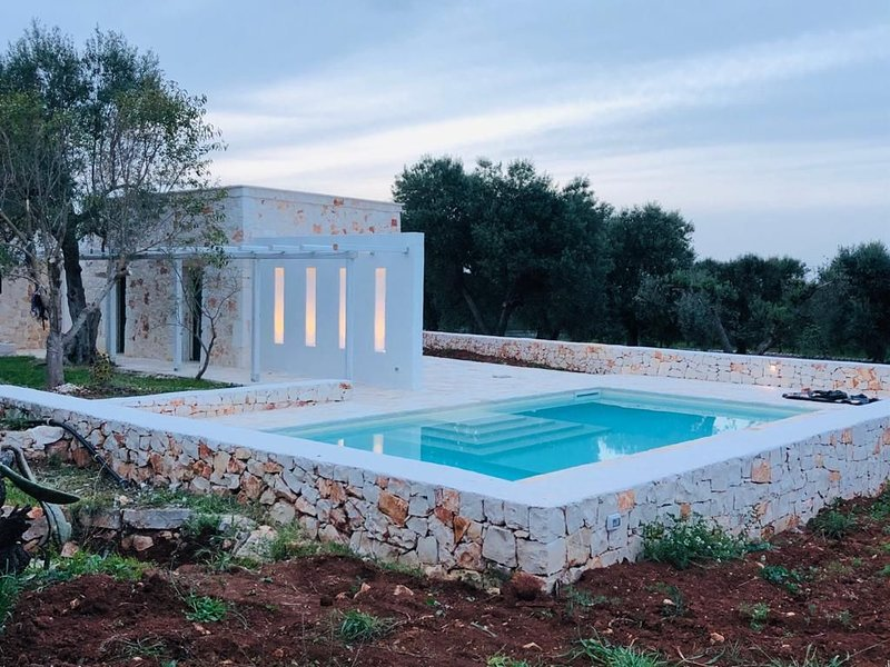 White stone typical apulian villa  with barrel roof  surrounded by olive trees., casa vacanza a Costa Merlata