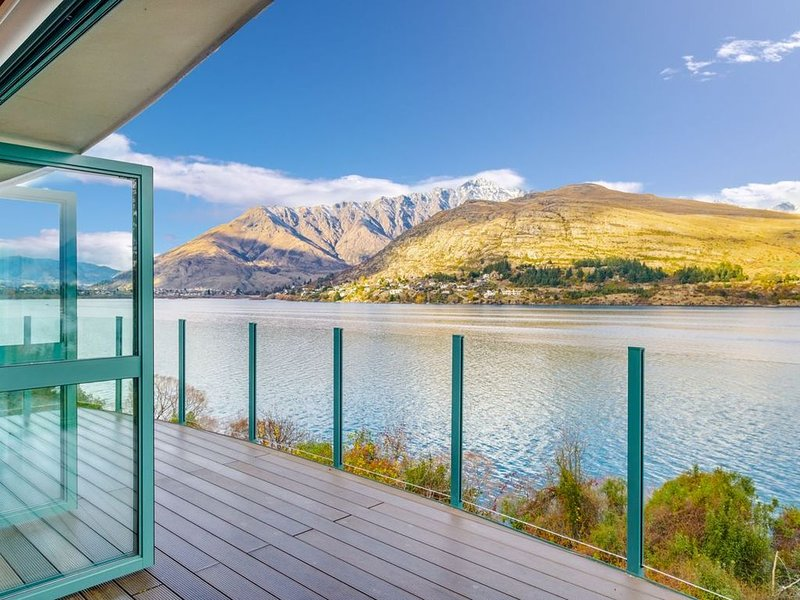Huge Lakefront Delight - Queenstown Holiday Home, holiday rental in Frankton