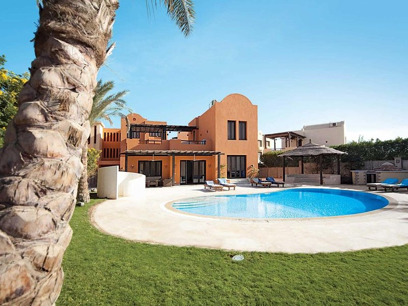 Quiet villa clsoe to marina with pool & garden, Ferienwohnung in El Gouna