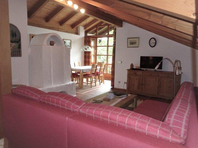 Ferienwohnung 93qm, 3 Schlafzimmer, Wohnzimmer, Kachelofen, 2 Balkone, Bergblick-Wohnzimmer mit Kachelofen in der Ferienwohnung Fellner