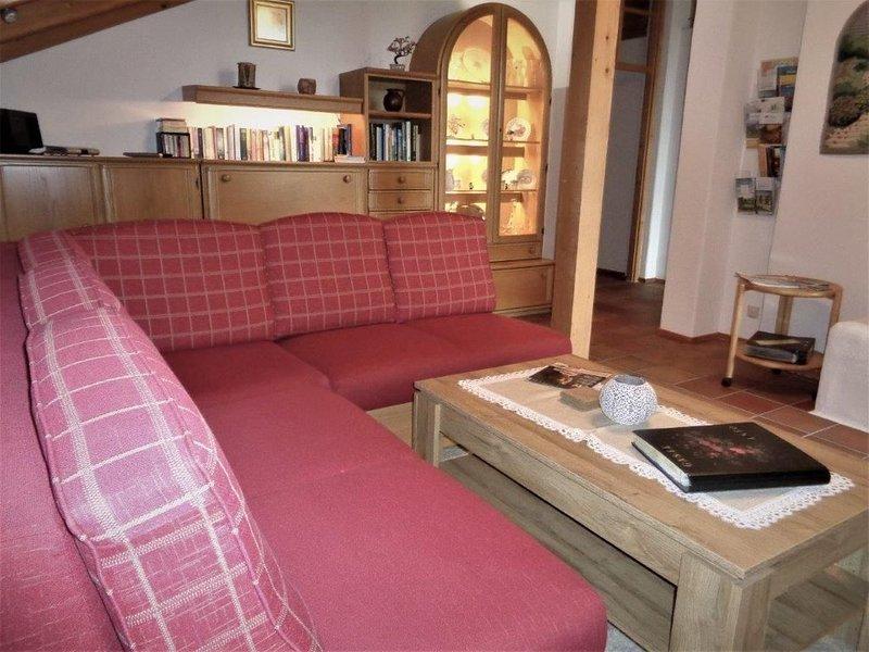 Ferienwohnung 93qm, 3 Schlafzimmer, Wohnzimmer, Kachelofen, 2 Balkone, Bergblick-Wohnzimmer mit Couch in der Ferienwohnung Fellner