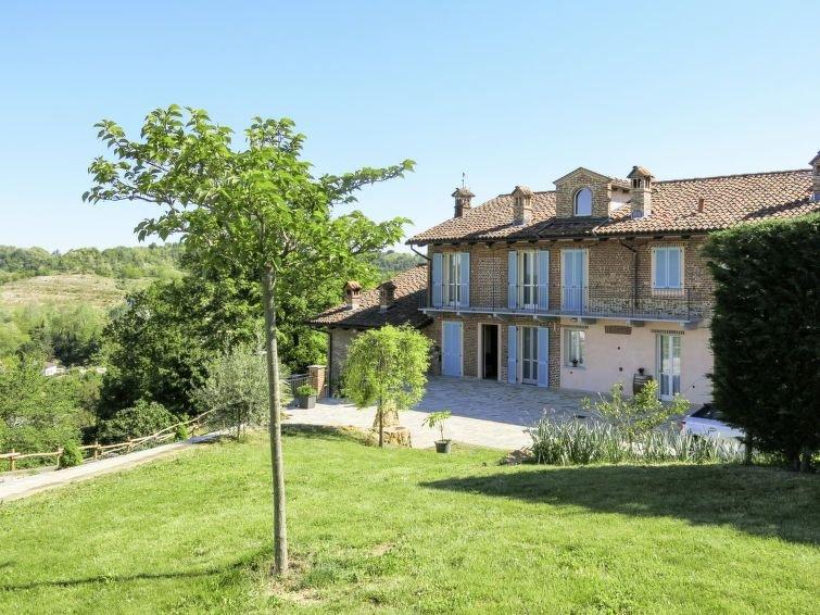 Ferienhaus Bricco delle Rondini (ABA400) in Alba - 8 Personen, 2 Schlafzimmer, vacation rental in Cantarana