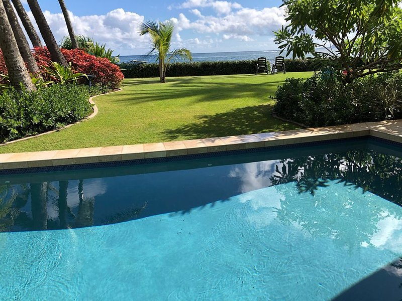 Private Ocean Front Estate w/ Pool & Movie Theatre Room, aluguéis de temporada em Waialua