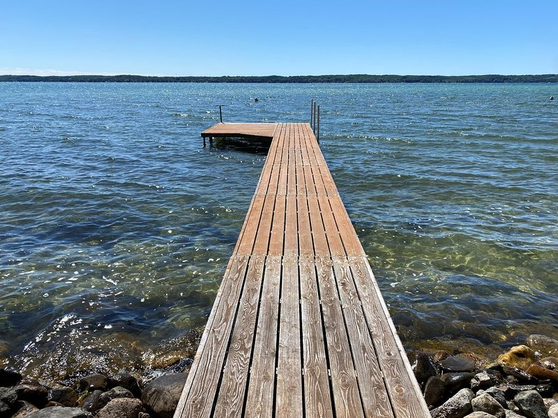 Breathtaking Torch Lake Sunsets & Quaint Alden Village, vacation rental in Kalkaska