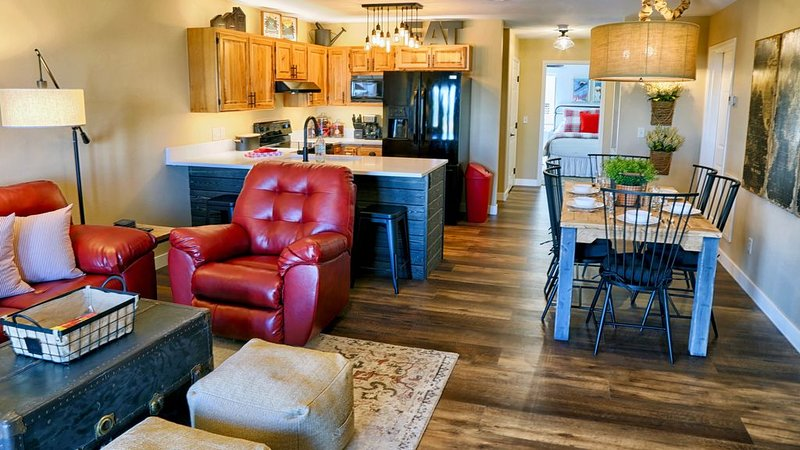 Newly Remodeled Condo at Terry Peak Ski Area with Hot Tub & Pool/Sauna Access, location de vacances à Lead