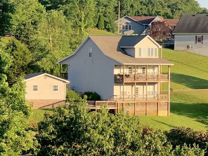 Beautiful Home with Spectacular Views of Dale Hollow Lake, vacation rental in Albany