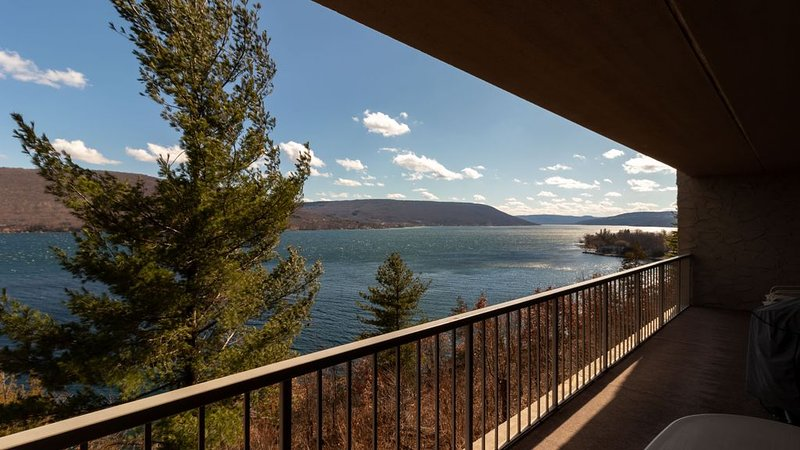 Cliffside Sunrise: 'Gorgeous Canandaigua Lake Views!', location de vacances à Naples