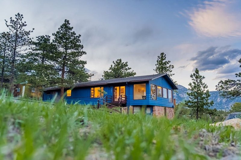 PET-FRIENDLY DOWNTOWN 3BR WITH EPIC MOUNTAIN VIEWS, holiday rental in Estes Park