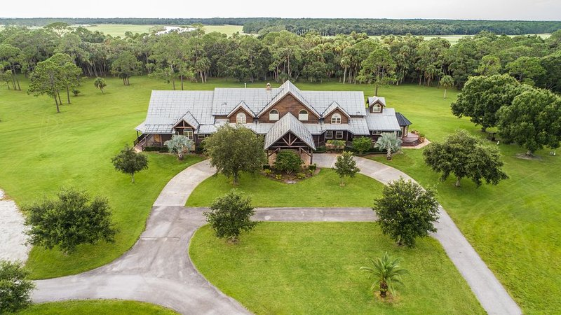 Rustic Country Lodge set on 800 Private Acres, holiday rental in Okeechobee