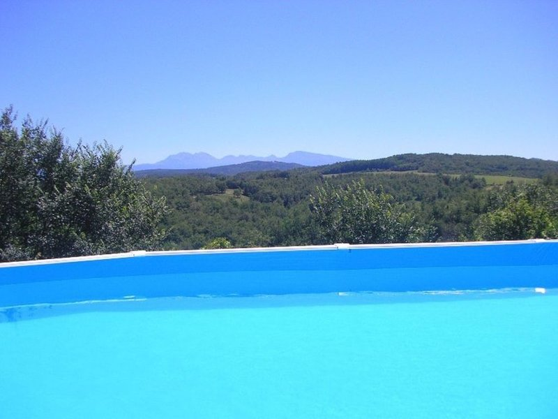 Pyreneen Vue gite with pool, renovated farmhouse tranquil with amazing views, holiday rental in Lapenne