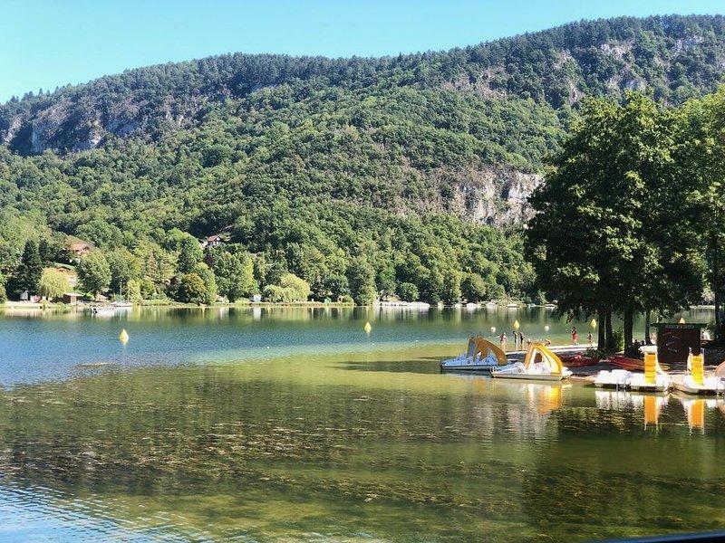 Chalet atypique, calme nature et rivière, holiday rental in Le Poizat
