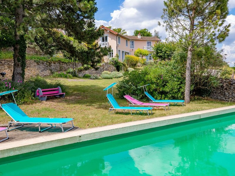 CONFORT, CHARME, PISCINE ET VUE EXCEPTIONNELLE, holiday rental in Savigny-les-Beaune