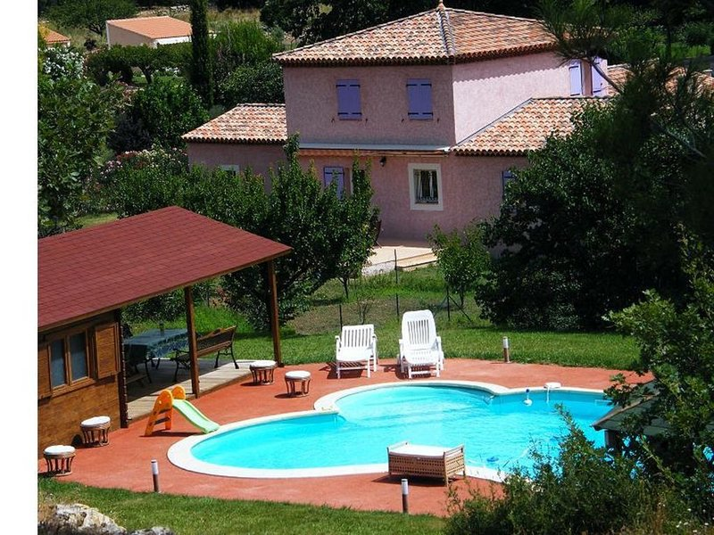 Magnifique villa pour 11 avec piscine et jacuzzi en Provence, holiday rental in Pelissanne