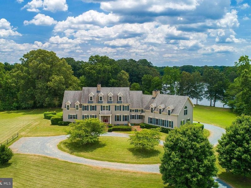 Private waterfront estate with pool, convenient to Easton and St. Michaels, vacation rental in Talbot County