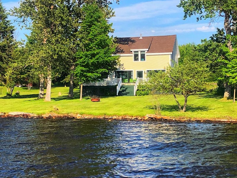 A Home for All Seasons on the Shore of Portage Lake, holiday rental in Calumet