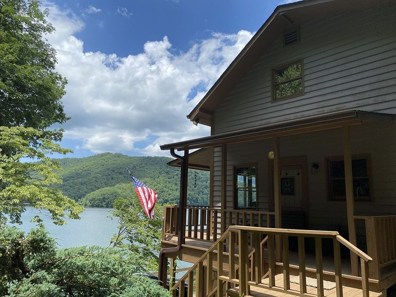 Remodeled waterfront home with private dock on Lake Nantahala!, casa vacanza a Topton