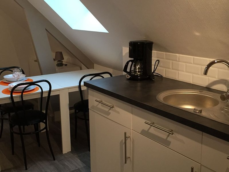 Studio 'orange' neuf, propre, tout confort, holiday rental in Rohan