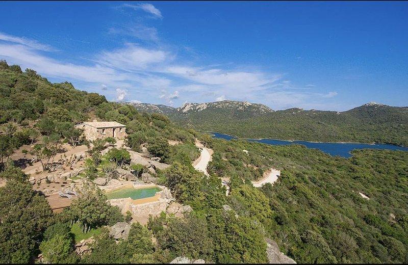 Bergerie contemporaine pour 2, isolée, nichée à flanc de colline avec piscine., vacation rental in Figari