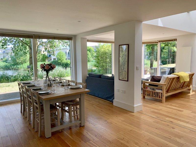 Detached, lakeside, sleeps 8, contemporary open plan living/dining, luxury spa, vacation rental in Ashton Keynes