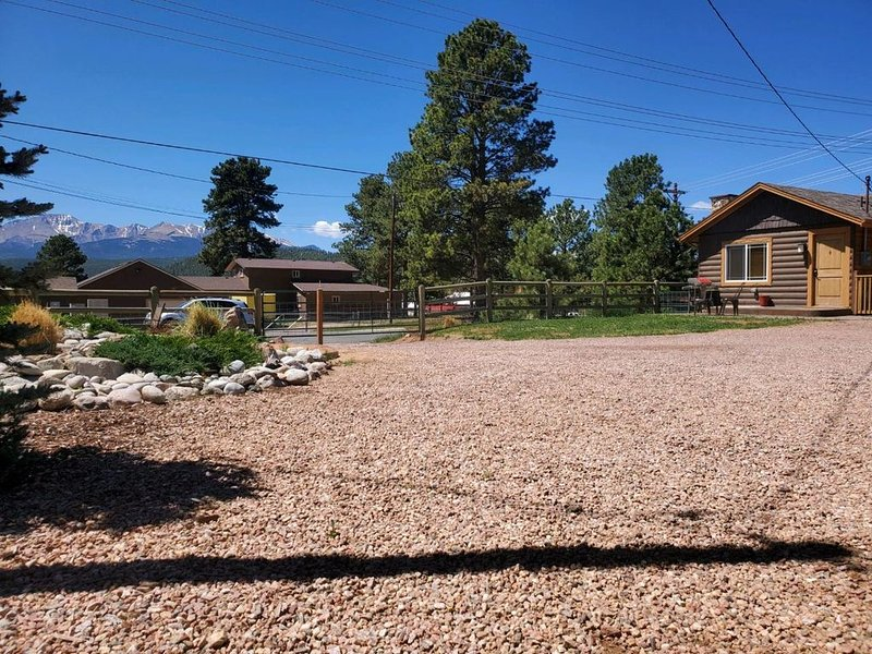 1950's Mountain Cabin - Walking Distance to Downtown Hot Tub & Dog Friendly, alquiler de vacaciones en Woodland Park