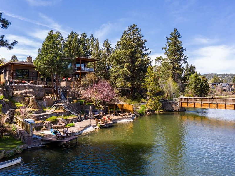 Epic Riverfront Estate. Iconic Bend home. Walk everywhere. Recreate on river. 4, location de vacances à Central Oregon