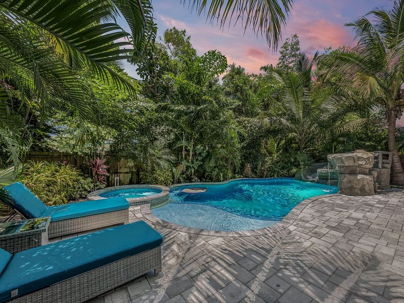 6/ 6 Heated Pool Spa Water Slide - Minute To The Beach! EASTER OPEN, holiday rental in Holmes Beach