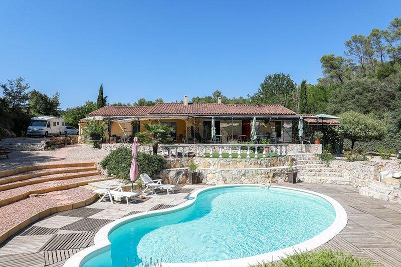 Varages : maison au calme dans un écrin de verdure avec piscine, holiday rental in La Verdiere