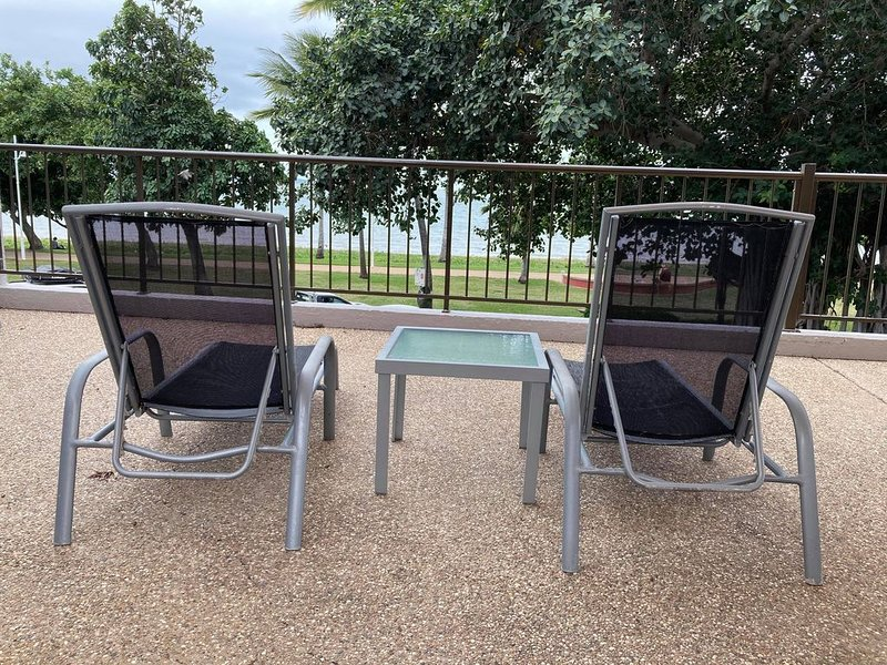 All Inclusive Rental: Tidy renovated studio apartment on the strand *pool*, vacation rental in Townsville