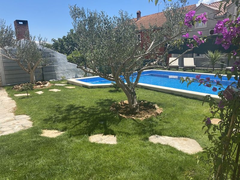 Villa mit Privat Pool & Garten, holiday rental in Bol