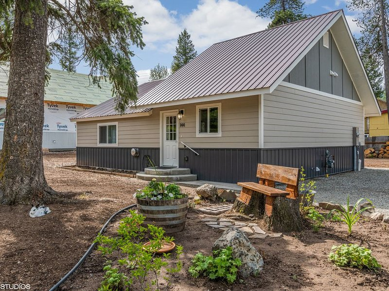 Only 10 Miles from Glacier Nat'l Park, Ferienwohnung in Hungry Horse