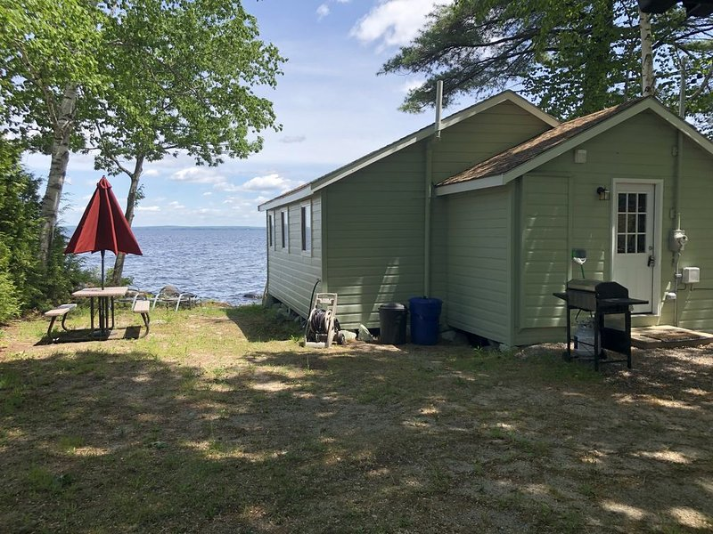 Newly Remodeled Waterfront Cabin on Sebago Lake!, alquiler vacacional en Cornish