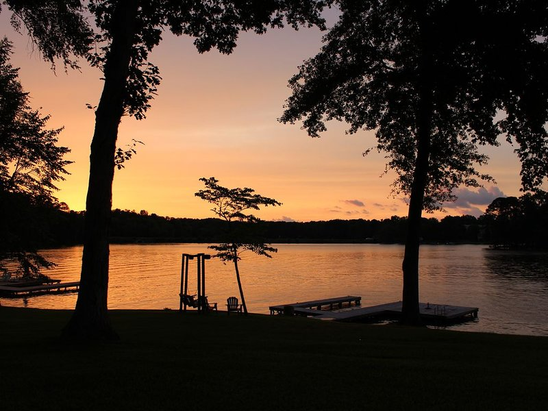 Stunning Sunsets & Family Getaways at Fully-Equipped 4BR Lake Oconee house, casa vacanza a Buckhead