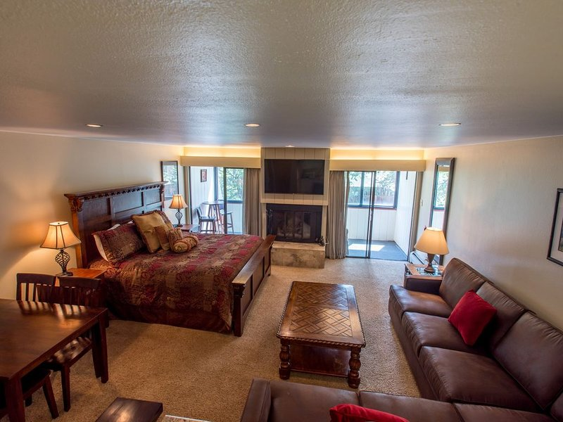 Ski-in/Ski-Out studio with king bed. Complimentary WiFi, covered parking., location de vacances à Copper Mountain