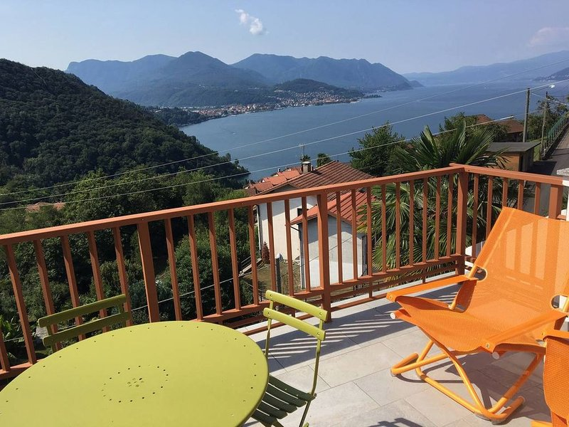 Newly refurbished apartment with lake views, holiday rental in Astano