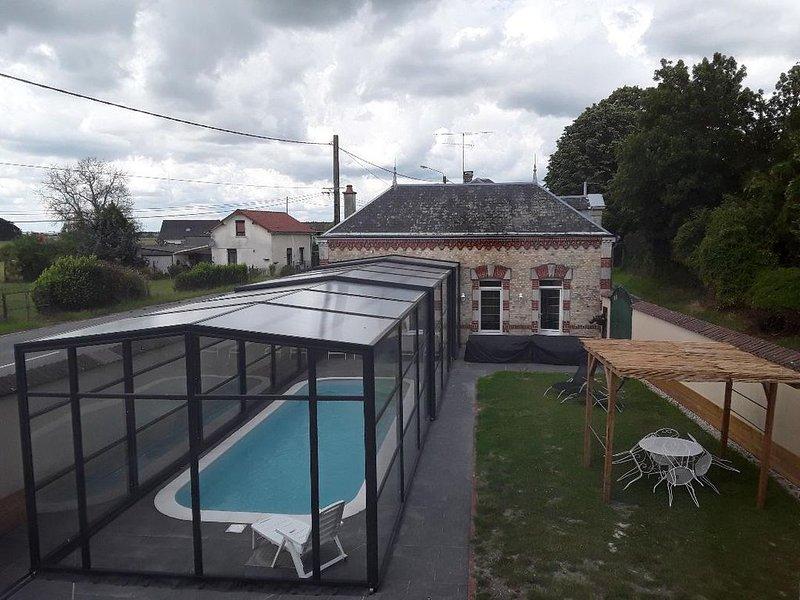 Gîte de grande capacité avec piscine privée, couverte et chauffée, vacation rental in Le Chesne
